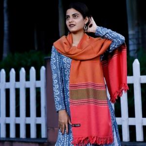Stole-Pink-Kumaon-Pattern-Green-Border-Self-Design-100-Pure-Marino-Wool-